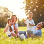 הורים עם ילדים מחייכים