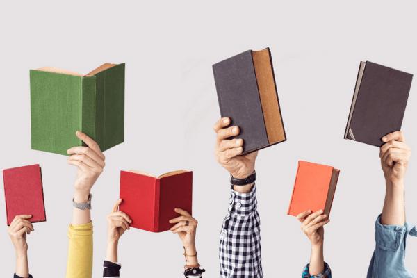 אנשים מחזיקים ספרים